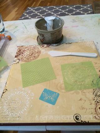 Use esténciles y pasta de textura casera para añadir diseños de textura.