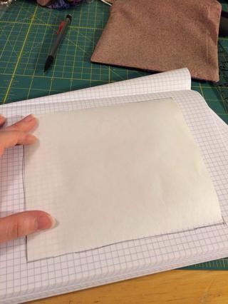 Seguí este pedazo de papel de congelador en un papel para que yo pudiera sacar un diseño.