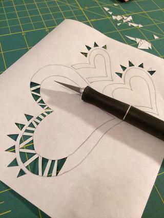 Usando tu cuchillo Xacto y estera de corte, cortar su plantilla ... Tengo un poco creativo ...