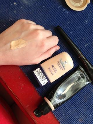 Siempre punteo fundación sobre la palma de mi mano. Ayuda a que se adapte a la temperatura y se puede controlar la cantidad / poco que usted necesita.