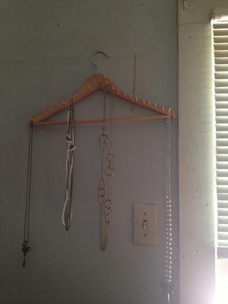 Sólo recuerde que usted necesita para equilibrar los collares en la percha por lo que doesn't tip to one side.