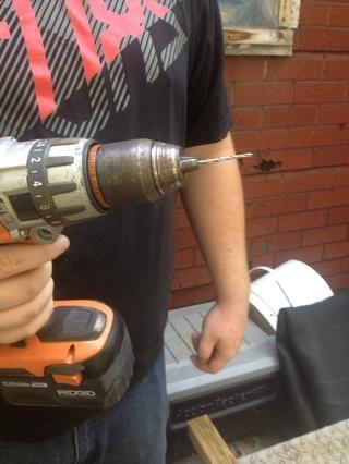Use un taladro inalámbrico con un muy pequeño granito de arena para perforar los agujeros.