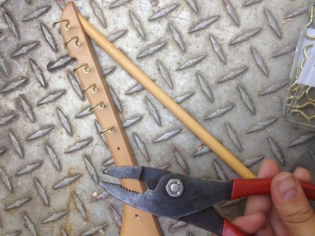 Utilice las pinzas para apretar los ganchos y asegurarse de que están orientadas de la manera correcta.