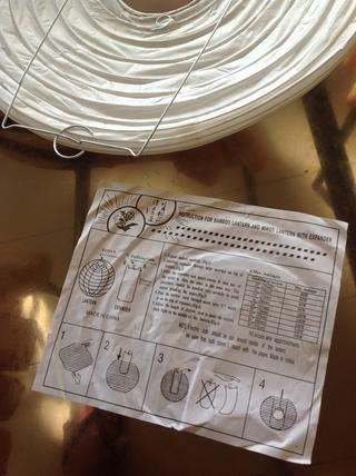 Ahora para instalar la luz. Elegí una bombilla de 50 vatios basado en la tabla que se incluye con la linterna de papel. Yo tenía a alguien que lo instale para mí. Si decide DIY, estar a salvo! Acaba de comprar un kit de lámpara de techo.