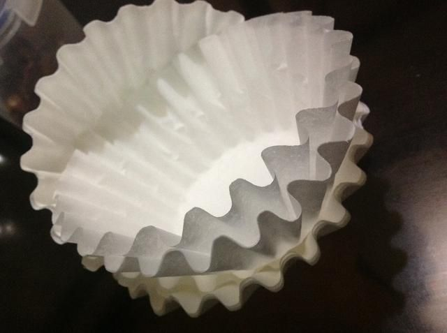 Desembale sus filtros de café. Los separan uno por uno, para formar una nueva pila. Este proceso es necesario para pintar las puntas. Sin embargo, usted puede mantener el blanco filtros de café si decide hacerlo.