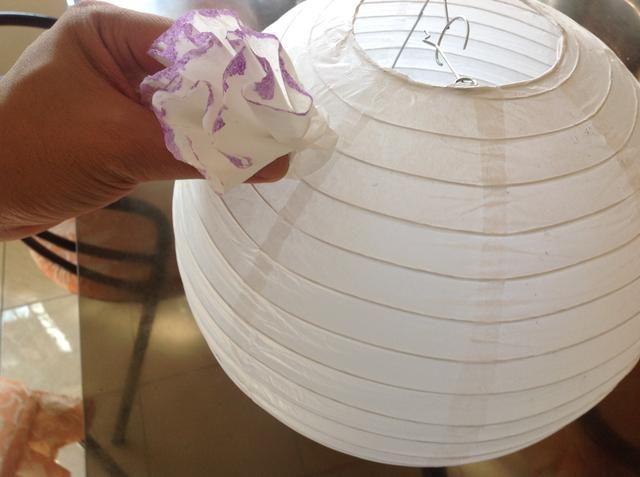 Pegue el pétalo de la linterna, dejando aproximadamente 2 pulgadas de espacio del borde.