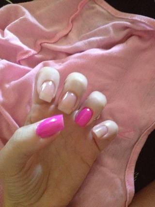 Paso 2: Pintar dos capas de esmalte de uñas rosa en el pulgar y el dedo anular, dejar secar.