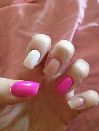 Paso 3: Pintar dos capas de esmalte de uñas blanco en el dedo índice, dejar secar.