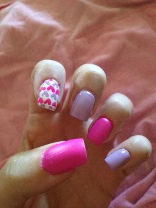 Paso 5: Pinta dos capas de esmalte púrpura clavo en el meñique y el dedo medio. No deje que se seque por completo.