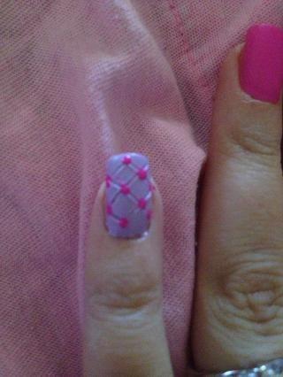 Paso 8: esmalte de uñas rosa y uso de herramientas que puntea para colocar los lunares donde las líneas se cruzan.