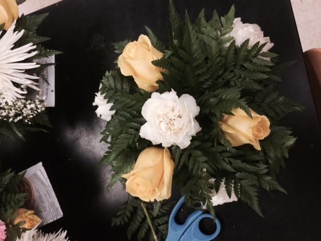 Coloque 3 rosas en un triángulo, todos entre los claveles, pero a un ángulo de 45 grados desde el clavel superior.