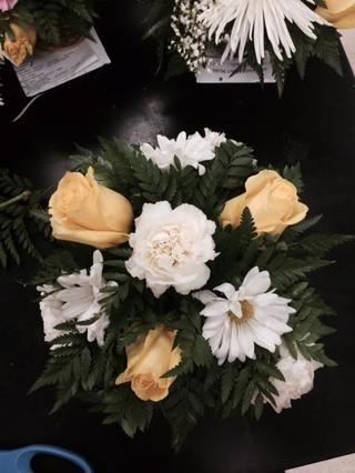 Coloque 3 mamás margarita en entre las rosas en un ángulo de 65 grados desde el clavel superior.