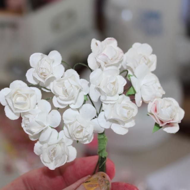 Mientras que el sujetador se estaba secando tomé algunas flores de papel en blanco y les empañaron con coloraciones en Barbie