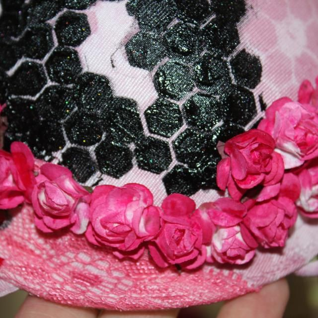 Una vez que el sujetador y las flores donde secos seguí adelante y pegué las flores para el sujetador.