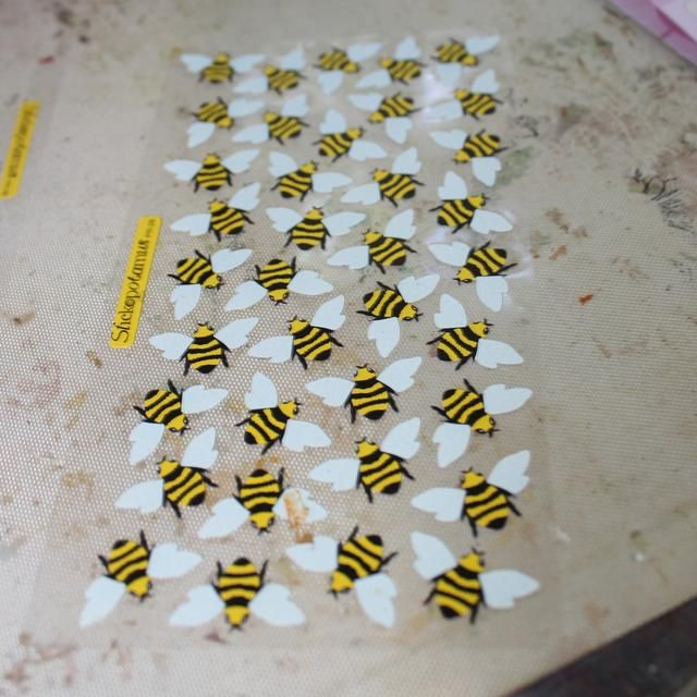 También tuve estos Bee pegatinas en mi escondite
