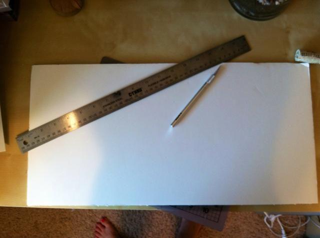 Corté un trozo de cartón pluma con el tamaño si el marco usando la hoja de papel que viene en el marco como una guía.