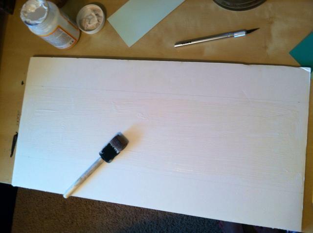 Pintar modge podge dentro de las directrices con un cepillo de espuma.