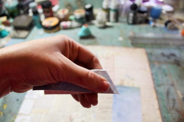 Ahora, en diagonal cortar las tiras desde el borde del corte en el pliegue hacia la luz.