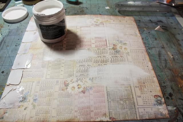 Cepillo en algunos gesso para silenciar el patrón de fondo en el papel. Utilice la técnica de pincel seco para mantener la luz de yeso.