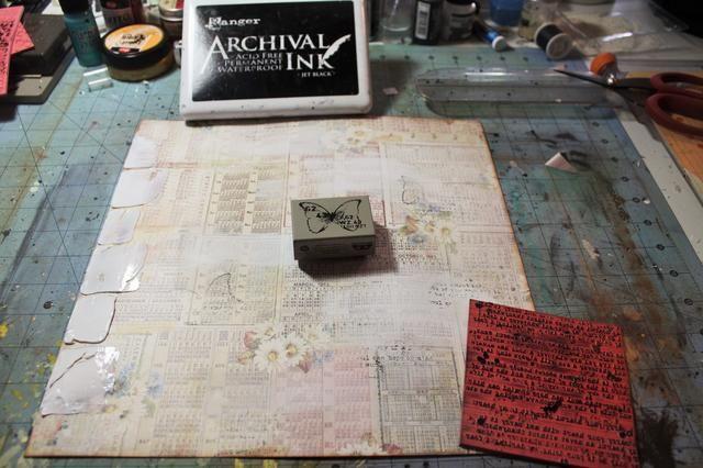 Ahora, agregue un poco de interés con unos sellos de su escondite. Solía Archivo de tinta en color negro, un sello Finnabair, y un sello de papel de periódico.