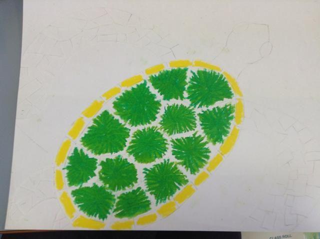 Colorear en las formas del rectángulo en el borde de la concha con su amarillo pastel.