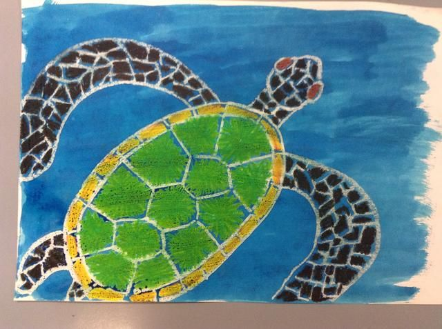 Usando un pincel y la tinta azul, ligeramente pintar sobre la parte superior de su tortuga y alrededor de ella.