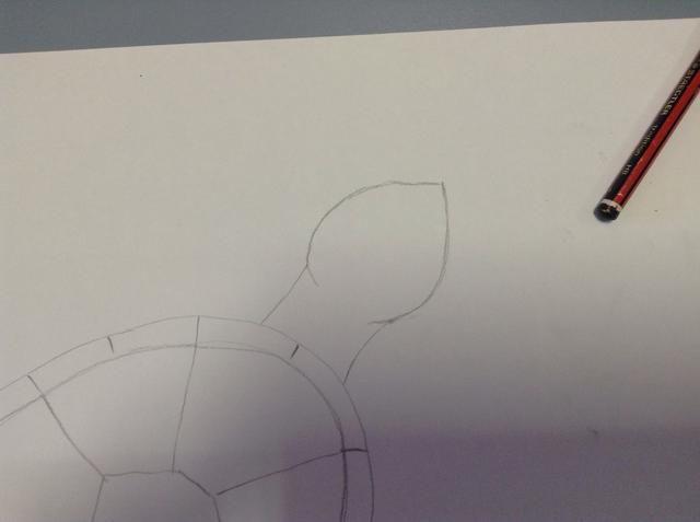En la parte superior de la carcasa, dibuje un cuello y una forma de gota de agua. Esta será la cabeza.