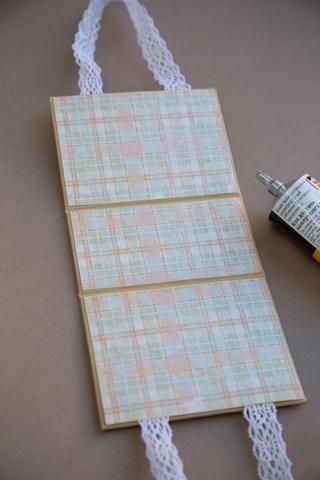 Pegue el papel a la parte interior de la caja
