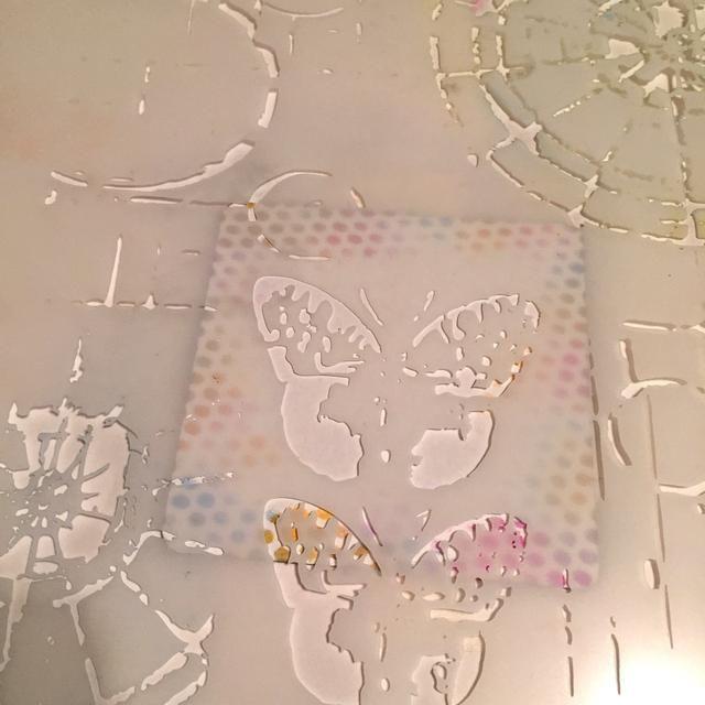 utilizando la plantilla MUESTRAS, coloque la mariposa en el centro de la cartulina. mariposa tinta con Bubblegum, Mandarina y tintas azules burbuja. cinta fuera o tenga cuidado de NO áreas de tinta abierta de la plantilla en torno mariposa.