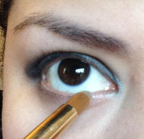 Siguiente con un cepillo pequeño tome la sombra Lustre (un color taupe de profundidad) y se aplican a la línea de las pestañas inferiores en todo el fondo.