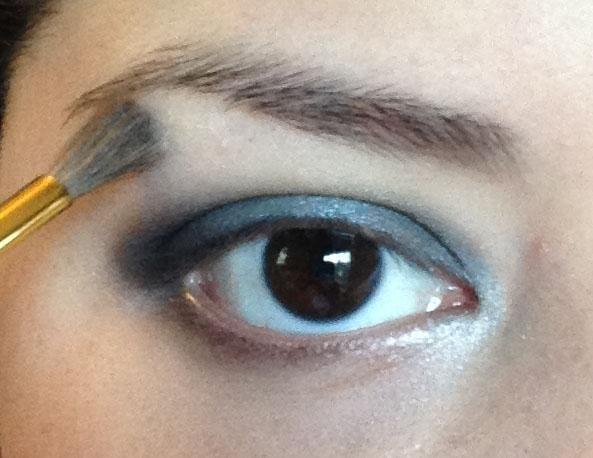 Última Hago uso de la piedra arenisca sombra (un color amarillento mate luz) y aplicarlo a mi ceja.