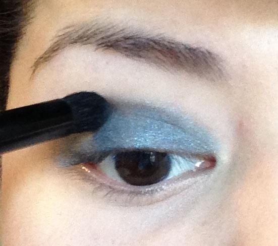 Siguiente estoy tomando el humo sombra (un mate de color gris oscuro) y mezcla en mi pliegue y en el color aqua en mi tapa.