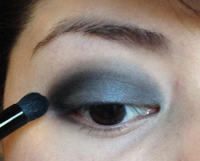 Siguiente he tomado algo de la sombra de zafiro (un color negro con brillo azul) y lo aplicó sólo para mi V externa, mi esquina exterior del ojo y el pliegue solamente. Estoy usando un cepillo pequeño para aplicarlo.