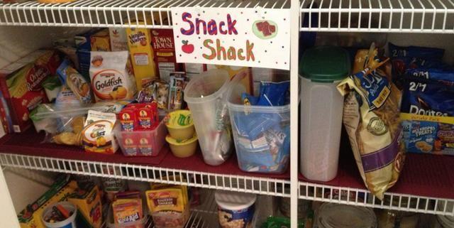 Hacer un Snack Shack signo linda tienda y adjuntar a su estante de la despensa. Desde mis estantes son estantes de alambre, Marqué agujeros en el papel y se utiliza bandas de sujeción para mantener la señal en su lugar.