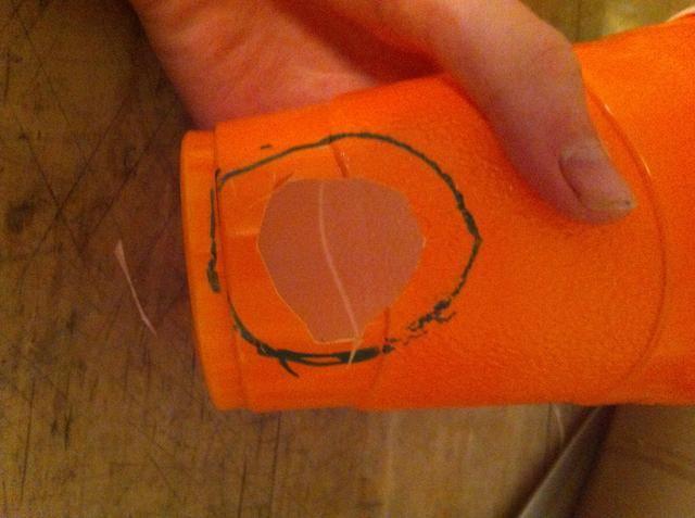 Y cortar una pequeña que en el interior del círculo dibujado