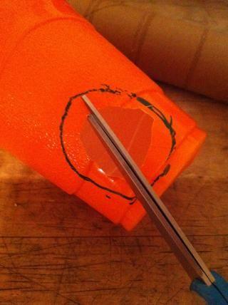 Ahora hacer pequeños cortes desde el agujero de corte al círculo dibujado