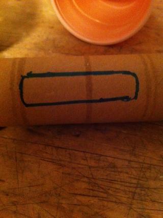 Ahora rastrear el fondo si el teléfono o iPod en el rollo de toallas de papel