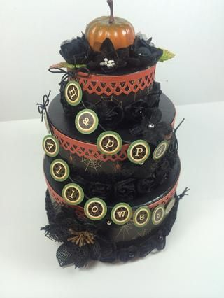 Antes de agregar el banner, pegamento caliente algunas flores a sus pasteles. Estas mezclas de flores negras de Petaloo funcionó a la perfección! Ate arcos en los extremos de cada banner y adherirse a las tortas con pegamento caliente.