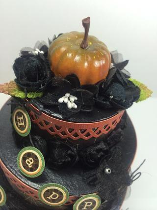 He añadido una pequeña calabaza de la tienda de artesanía a la cima de mi pastel, entonces las flores más negros.