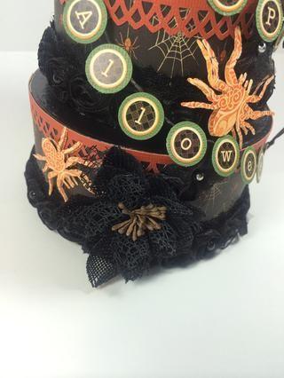 Se adhieren a las arañas a sus pasteles con pegamento caliente.