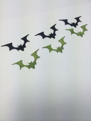 Die cortar tres murciélagos de papel extravagantemente ida y tres más de cartulina negro.