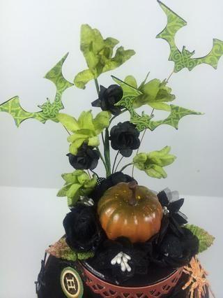 Adherirse provino flores detrás de la capa superior de la torta. Después, pega caliente los murciélagos en su lugar. (Sugerencia: Etapa ellos primero y cortó el alambre antes de la adhesión). Usted puede cubrir los elementos pegados con más flores.