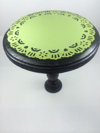 Cortar una pieza en forma de tapetito-(o pintar un tapete real) de cartulina verde. He utilizado el cartucho de Arte Filosofía Cricut para cortar este 6