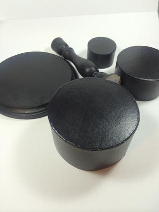 Pintar piezas de madera y cajas con pintura acrílica de color negro. Se necesitaron dos capas. Usé un acabado satinado.