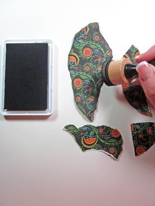 Tinta los bordes de su papel rasgado con tinta negro. Una vez más se puede utilizar cualquier color de la tinta para coordinar con su paleta de proyectos.