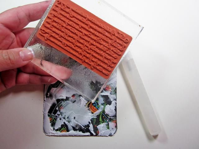 Antes de estampar en la pasta, asegúrese de rociar / niebla su sello con agua. Esto ayudará a su sello para liberar de la pasta. Asegúrese de lavar su sello inmediatamente después del uso.