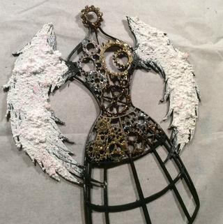 Nuestra señora del steampunk fue pintado negro primero, entonces Snowtex esta en las alas, se corona con Cristal Stickles. El corpiño de engranajes se empeñaba con oro, plata y cobre.