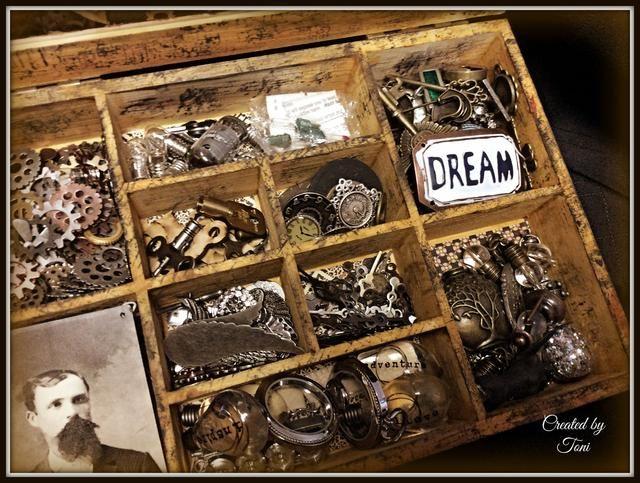 Aquí está el interior de la caja llena de lo maravilloso. Me olvidé por completo de fotografiar cada compartimiento antes de llenar, me alineé cada compartimiento con G45 Steampunk hechizos papel y adherido.