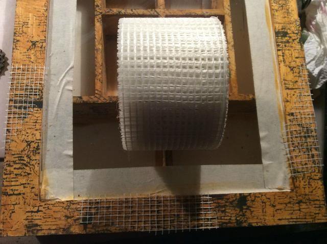 Quería añadir textura, así que corté tijeras de esta cinta de malla que me dieron en la ferretería y la apliqué en lugares al azar. También he añadido Arte Fundamentos Grafito Textura Pegar (no en la foto).