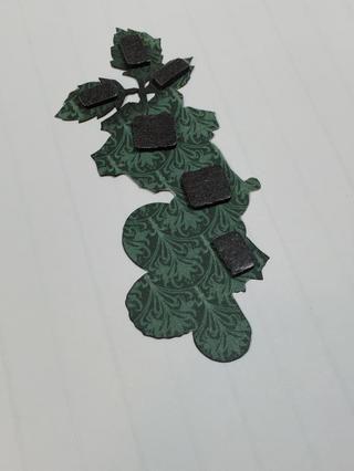 Añadir cinta de espuma a la parte posterior de la pieza quisquilloso flor de corte, sólo para las zonas indicadas. A continuación, añadir adhesivo a las otras áreas.
